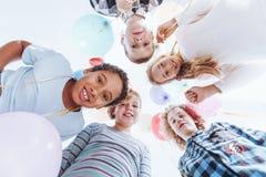 Enfants heureux tenant les ballons colorés Photos libres de droits