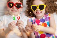 Enfants heureux tenant les bougies brûlantes 2017 Photographie stock