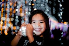 Enfants heureux tenant une lumière sur un ` s Ève de nouvelle année Nuit de rue photo stock
