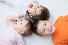 Enfants heureux, trois âges riants d'enfants différents se trouvant, portrait de garçon, petite fille et bébé, bonheur dans l'enf Photo libre de droits
