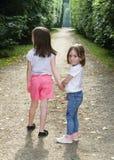 Enfants hoding des mains Image stock
