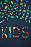 ENFANTS hors des blocs en bois colorés de jouet sur le noir Photo libre de droits