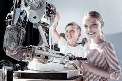 Enfants impressionnés examinant la machine robotique Photographie stock