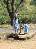 Enfants indiens à la pompe à eau Images libres de droits