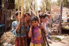Enfants indiens avec du sucre de canne Images stock