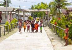 Enfants indigènes dans une rue de jouer local de village Image libre de droits