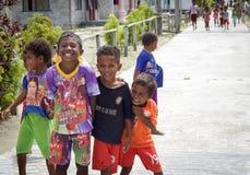 Enfants indigènes dans une rue du sourire local de village Photographie stock