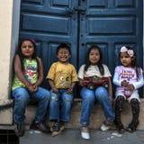 Enfants indigènes heureux, Quito, Equateur Photos stock