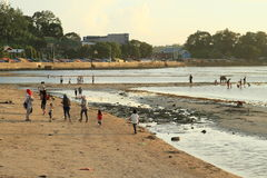 Enfants indonésiens et adultes marchant sur la plage Photos stock