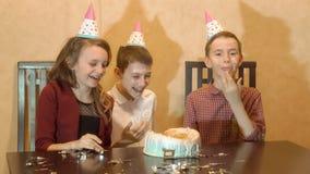 Enfants insouciants à une fête d'anniversaire les amis trempés font face dans le gâteau d'anniversaire photo libre de droits