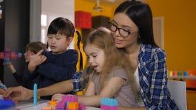 Enfants insouciants appréciant des heures de récréation dans le jardin d'enfants banque de vidéos