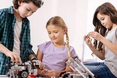 Enfants inspirés construisant le robot à l'école photo libre de droits