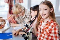 Enfants intelligents extraordinaires faisant la science image stock