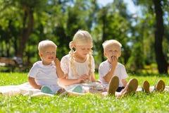 Enfants intrépides passant un week-end tout ensemble photo stock