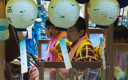 Enfants japonais sur le flotteur de festival Photos stock