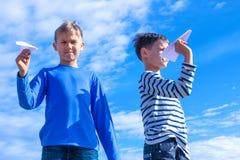 Enfants jetant l'avion de livre blanc Images libres de droits