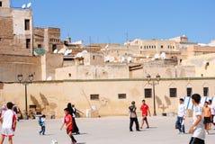 Enfants jouant à Fez Maroc photographie stock libre de droits