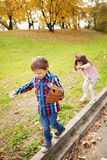 Enfants jouant à l'extérieur Images stock
