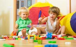 Enfants jouant à la maison Image stock