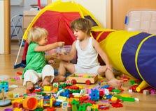 Enfants jouant à la maison Photographie stock