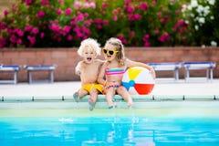 Enfants jouant à la piscine extérieure Images libres de droits