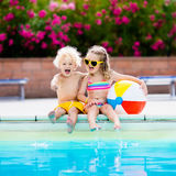 Enfants jouant à la piscine extérieure Photographie stock libre de droits