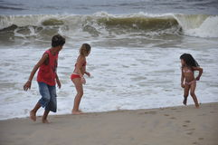 enfants jouant à la plage Photo stock