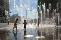enfants jouant au centre commercial de Tung Chung Images libres de droits