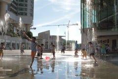 enfants jouant au centre commercial de Tung Chung Photos libres de droits