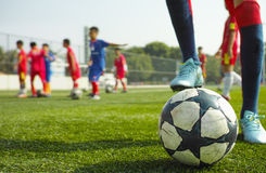 Enfants jouant au football Photo stock