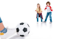 Enfants jouant au football Image stock