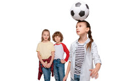 Enfants jouant au football Photo libre de droits