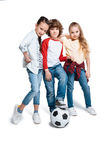 Enfants jouant au football Photographie stock libre de droits