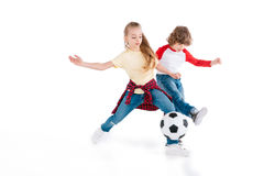 Enfants jouant au football Photographie stock