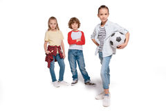 Enfants jouant au football Photos stock