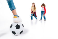 Enfants jouant au football Photos libres de droits