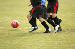Enfants jouant au football - le football photos libres de droits