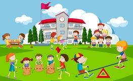 Enfants jouant au terrain de jeu d'école Photo libre de droits