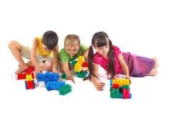 Enfants jouant avec des blocs Images libres de droits
