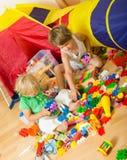 Enfants jouant avec des blocs Photo stock