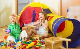 Enfants jouant avec des blocs Photographie stock