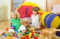 Enfants jouant avec des blocs Photo libre de droits