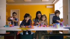 Enfants jouant avec des blocs de construction dans la salle de classe banque de vidéos