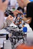 Enfants jouant avec des robots Image stock