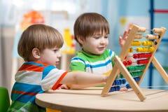 Enfants jouant avec l'abaque Photographie stock