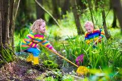 Enfants jouant avec la grenouille Photographie stock libre de droits