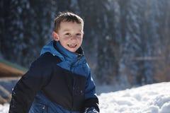Enfants jouant avec la neige fraîche Photo stock