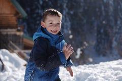 Enfants jouant avec la neige fraîche Image stock