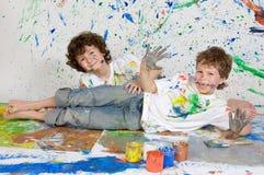 Enfants jouant avec la peinture Image stock