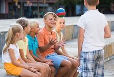 Enfants jouant avec la petite boule extérieure Images libres de droits